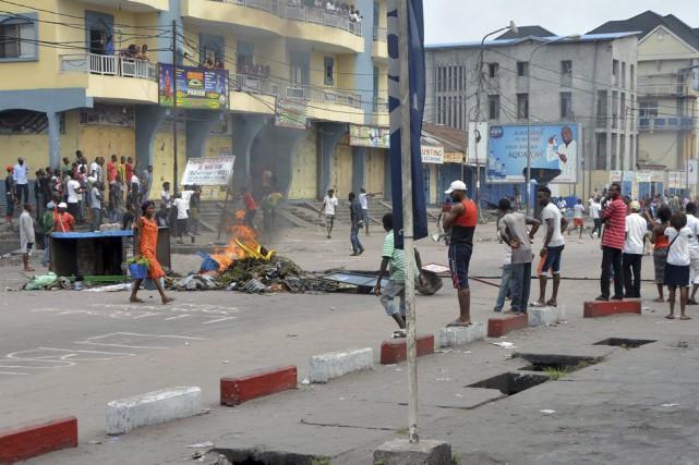 Alors que des émeutiers incendiaient mardi après-midi une... (PHOTO AFP)