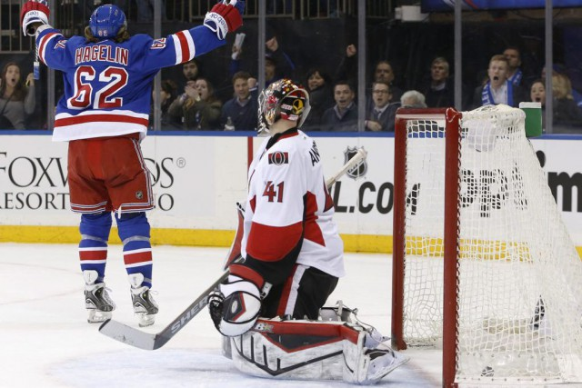 Carl Hagelin a fait dévier la passe de Derek Stepan à 2:55 de la prolongation... (Photo: AP)
