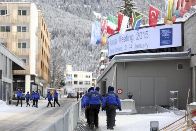 Les forces policières sont omniprésentes à Davos, en... (Photo Chris Ratcliffe, Bloomberg)