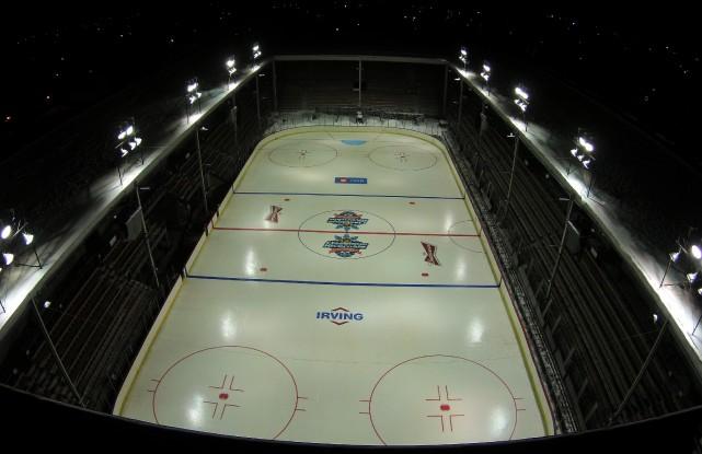 L'aménagement d'une patinoire au coeur des Grandes estrades... (Photo: Maxime Bergeron)