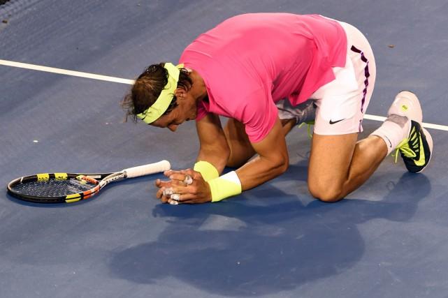 Rafael Nadal s'est agenouillé sur le court après... (Photo William West, AFP)
