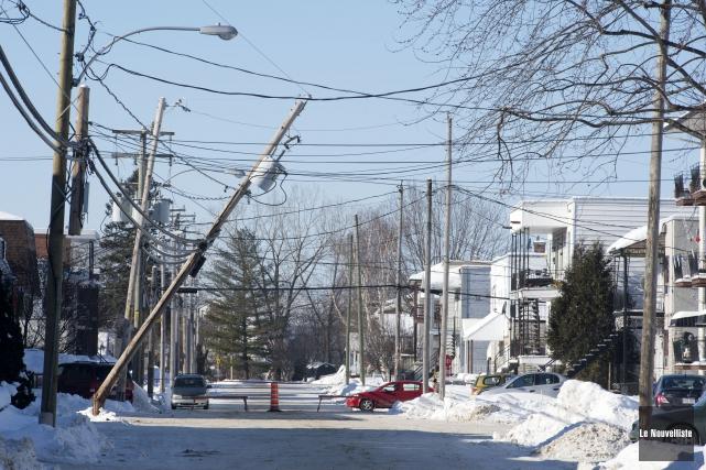 Un camion de livraison a heurté un poteau d'Hydro-Québec mercredi matin vers 9... (Photo: Stéphane Lessard Le Nouvelliste)