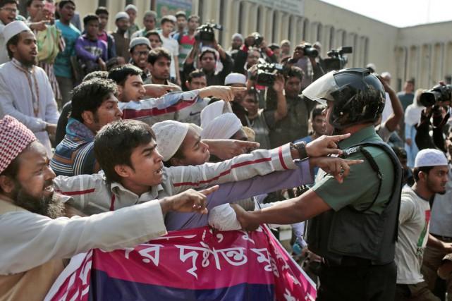 Un polciier tente de stopper des heurts entre... (PHOTO A.M AHAD, ARCHIVES AP)