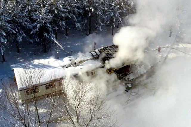 Un violent incendie a complètement ravagé une maison mobile située au 960 de la... (Photo collaboration spéciale Éric Beaupré)