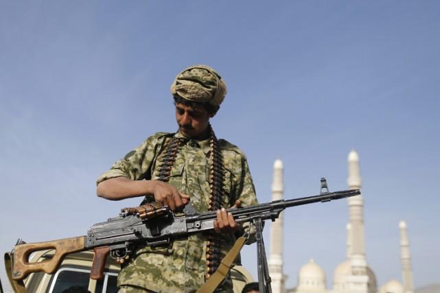 Un combattant houthi en poste près du palais... (Photo: Reuters)