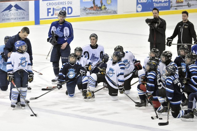 Les joueurs des Espoirs du Lac-Saint-Jean et des... ((Photo Rocket Lavoie))