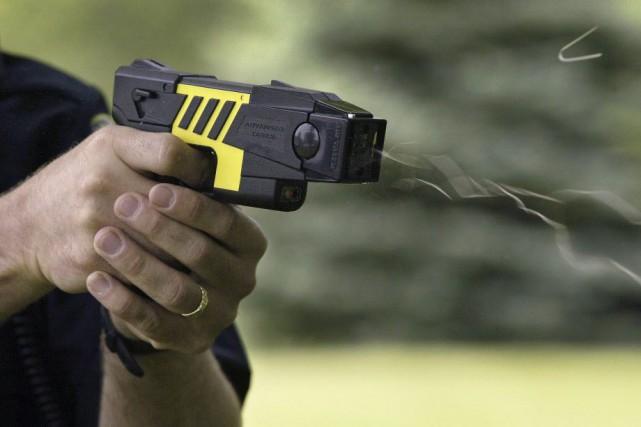 Montréal dispose de 75 pistolets électriques, dont 33... (Photo Archives La Presse canadienne/AP/The Gazette)