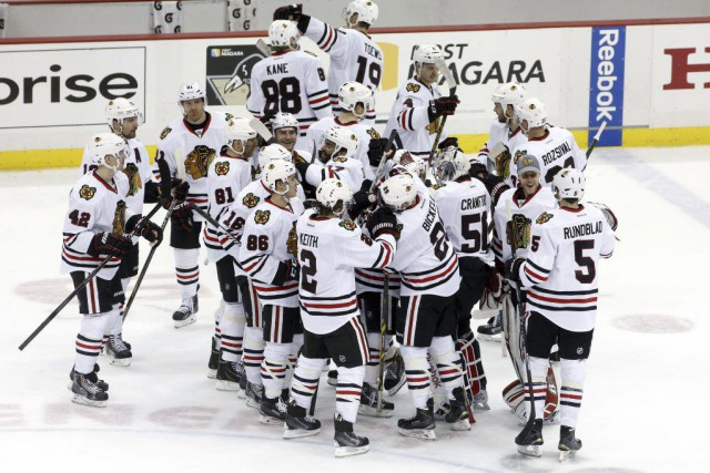 Jonathan Toews et Patrick Kane ont fait mouche en fusillade et les Blackhawks... (Photo USA Today Sports)