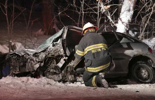 La carcasse complètement tordue d'une des deux voitures... (photo Catherine Trudeau)