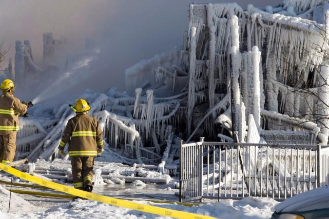 2014 - Un incendie détruit la Résidence du Havre à L'Isle-Verte, dans le... (Photo Ryan Remiorz, archives La Presse Canadienne)