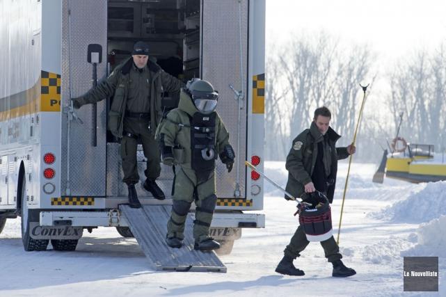 Les techniciens en explosifs de la Sûreté du... (Photo: Stéphane Lessard, Le Nouvelliste)