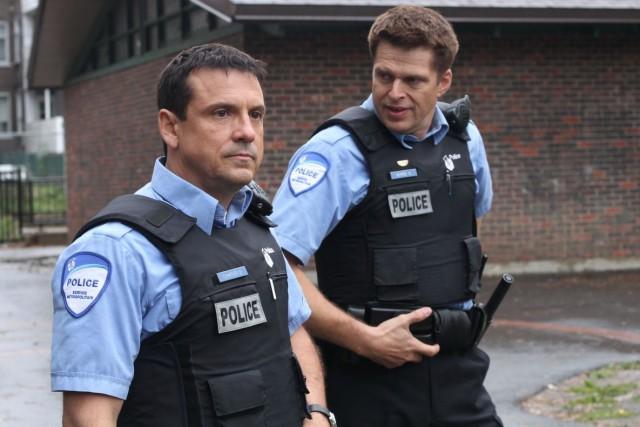 Claude Legault et Réal Bossé personnifient les policiers... (Radio-Canada)