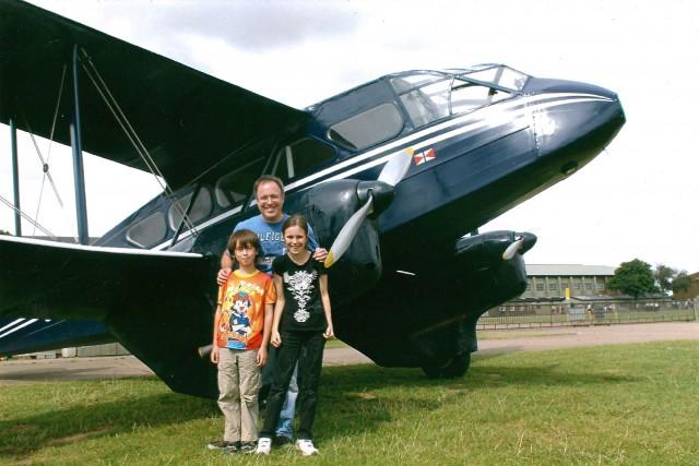 Éric Giroux, père vivant en Angleterre, avec ses... (Photo fournie par Éric Giroux)