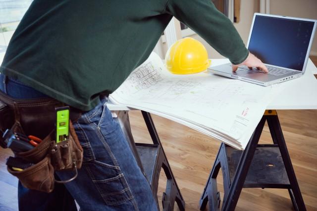 Dans bien des cas, l'entrepreneur est alors pointé... (Photo Digital/Thinkstock)
