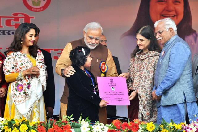 Narendra Modi (au centre), s'adressant à une audience... (PHOTO AFP/PIB)