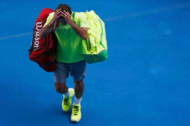 Roger Federer a quitté le court la tête... (Photo Carlos Barria, Reuters)