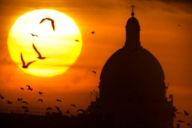 Les habitants de Saint-Pétersbourg, au nord-ouest de la Russie, n'ont vu le... (Photo Dmitry Lovetsky, AP)
