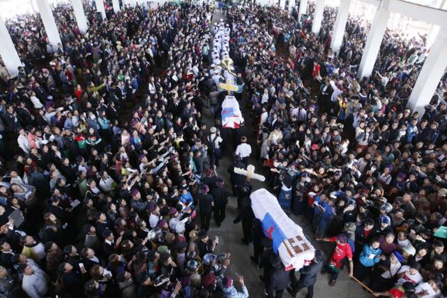 La foule en larmes s'est réunie à Myitkyina,... (PHOTO HKUN LAT, AFP)