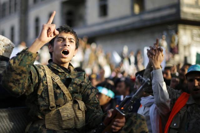 Un combattant houthi scande des slogans alors qu'il... (PHOTO KHALED ABDULLAH, REUTERS)