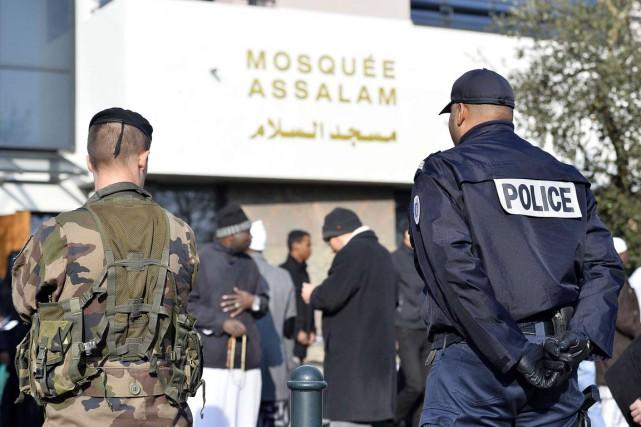 Un soldat et un policier français montent la... (PHOTO GEORGES GOBET, AFP)