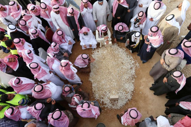 Des proches du roi Abdallah se recueillent autour... (PHOTO MOHAMMED MASHHUR, AFP)
