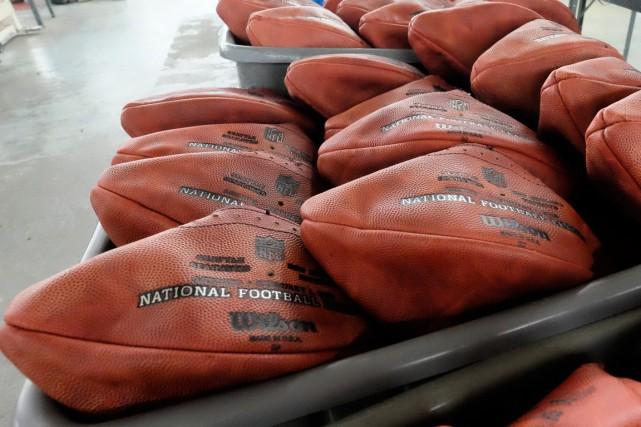 La NFL a continué de faire fabriquer des... (Photo Rick Osentoski, AP)