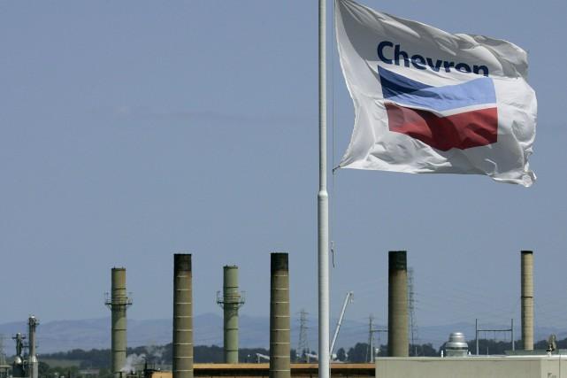 Les internautes ont «clairement» choisi le géant pétrolier... (PHOTO BEN MARGOT, ARCHIVES AP)