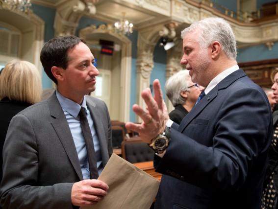 Stéphane Bédard, chef intérimaire du Parti québécois, discute... (PHOTO JACQUES BOISSINOT, ARCHIVES LA PRESSE CANADIENNE)