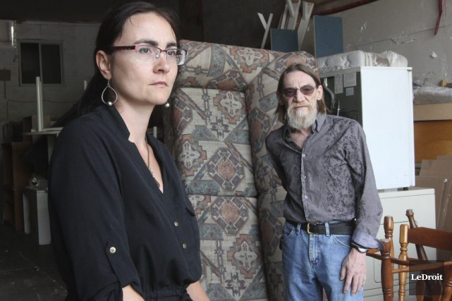 La présidente d'Entraide familiale Outaouais, Jenny Villeneuve,aux côtés... (Étienne Ranger, LeDroit)