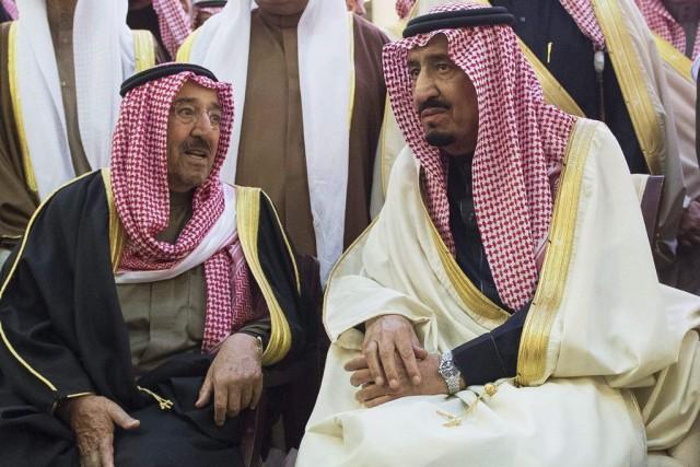Le roi Salmane (à droite) discute avec l'émir... (PHOTO ASSOCIATED PRESS)