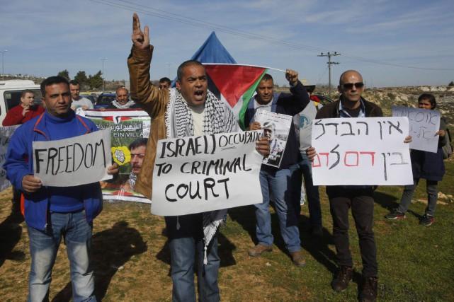 Des Palestiniens ont manifesté contre les colonies juives... (PHOTO MUSSA ISSA QAWASMA, REUTERS)