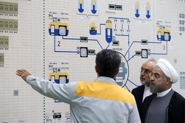 Le président iranien Hassan Rohani (à droite) en... (PHOTO ARCHIVES AFP/PRÉSIDENCE IRANIENNE)