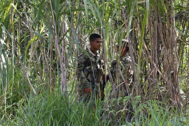 Un garde colombien patrouille à l'endroit au cinq... (Photo JAIME SALDARRIAGA, Reuters)