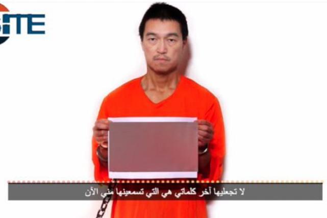 L'otageKenji Goto tient une photo brouillée du corps... (PHOTO AFP)