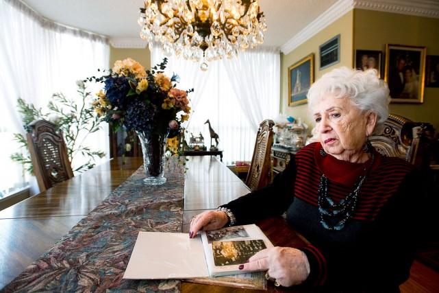 Miriam Friedman Ziegler, 79 ans, regarde des vieilles... (La Presse Canadienne)