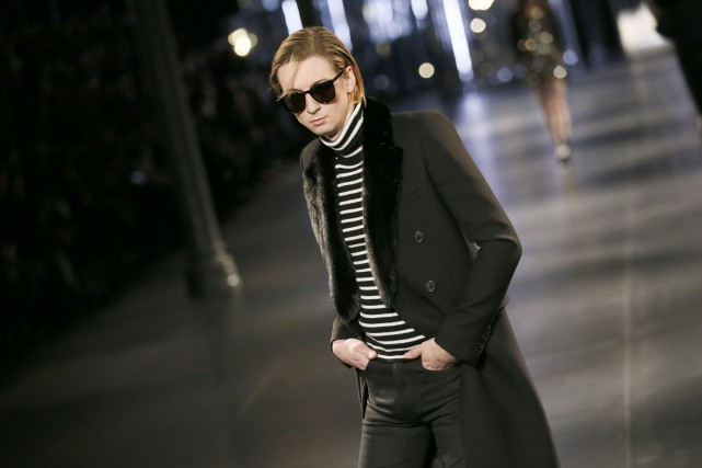 Les silhouettes Saint Laurent sont plus longilignes que... (PHOTO PATRICK KOVARIK, AFP)