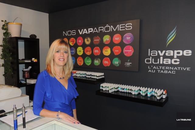 Renée Therrien, propriétaire du nouveau commerce La Vape... (La Tribune, Ronald Martel)