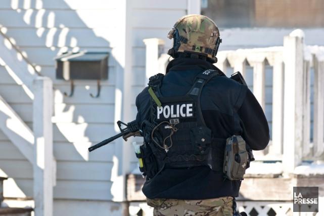 Des policiers lourdement armés ont visité chacune des... (Photo: PC)