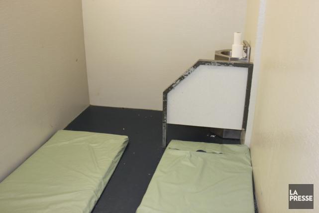 Plusieurs détenus sont parfois entassés dans une minuscule... (PHOTO LA PRESSE)