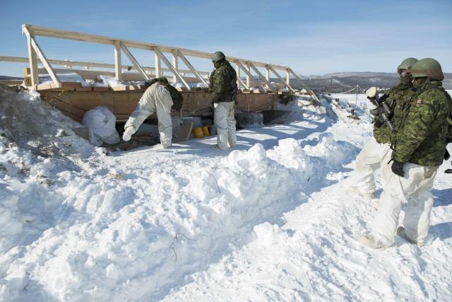 Des militaires apposent des explosifs sur la structure... (Caporal-chef Jean-Simon Duchesne, Forces armées >canadiennes)