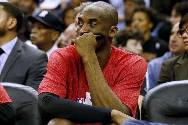 Kobe Bryant s'est blessé à l'épaule contre les... (Photo AP)