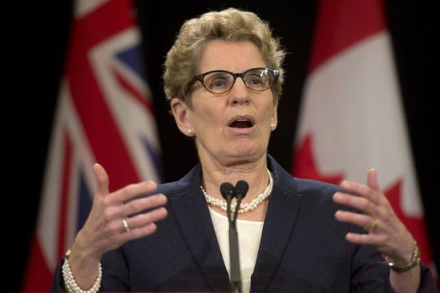 La première ministre de l'Ontario, Kathleen Wynne, et un haut responsable... (Photo: PC)