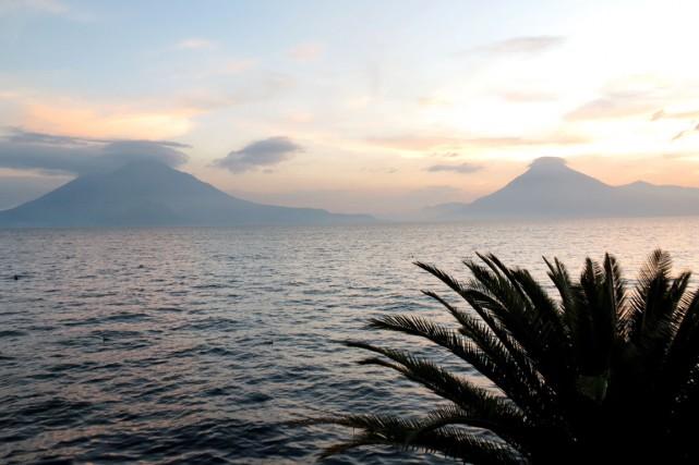 Coucher de soleil sur le lac Atitlán, bordé... (Collaboration spéciale Patricia Cloutier)