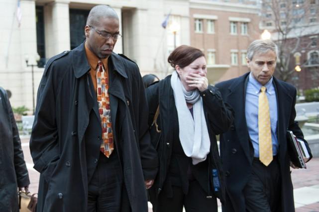 Jeffrey Sterling, à gauche, quitte la cour lundi... (Photo: AP)
