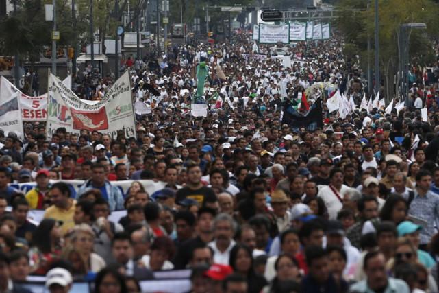 Plusieurs milliers de manifestants sont à nouveau descendus dans la rue lundi à... (Photo: Reuters)