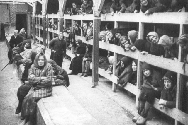 Des survivants d'Auschwitz au moment de la libération... (PHOTO ARCHIVES REUTERS)