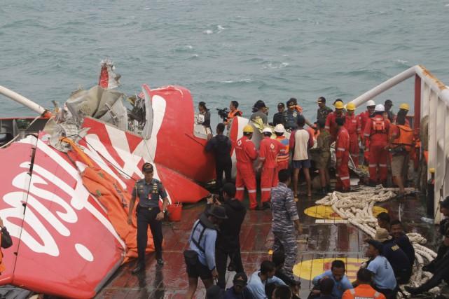 Une partie récupérée de l'avion d'AirAsia.... (PHOTO AGENCE FRANCE-PRESSE)