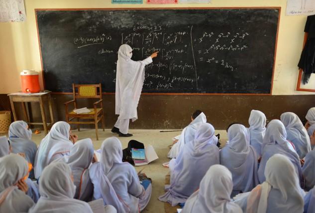 Des enseignants au Pakistan ont obtenu le droit d'apporter un fusil en classe... (PHOTO A. MAJEED, ARCHIVES AFP)
