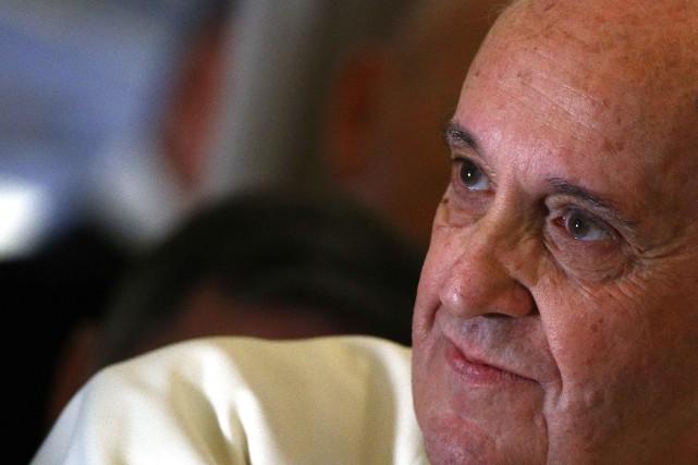 Le pape François téléphone, écrit régulièrement à des... (PHOTO STEFANO RELLANDINI, ARCHIVES REUTERS)
