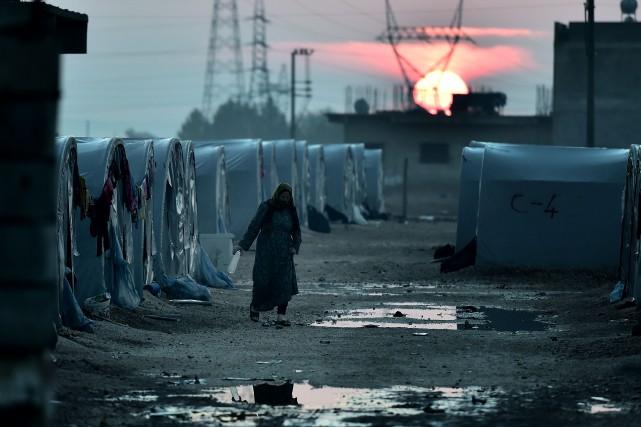 Les États-Unis ont commencé à bombarder l'EI près... (PHOTO ARIS MESSINIS, AFP)